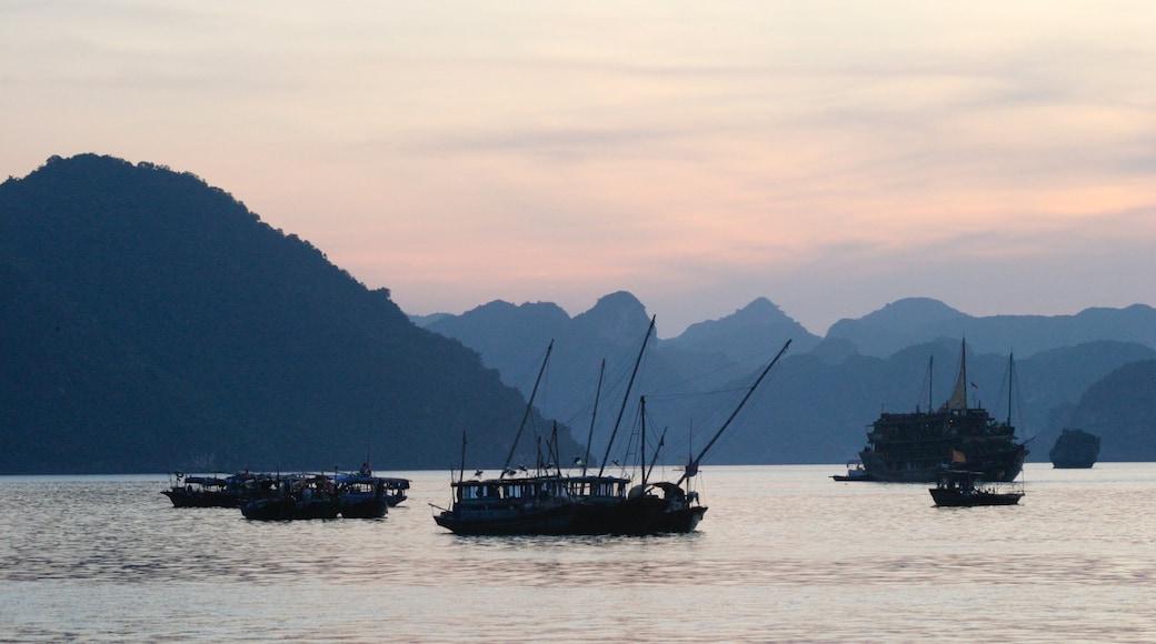 Baie d\'Halong montrant baie ou port, montagnes et coucher de soleil