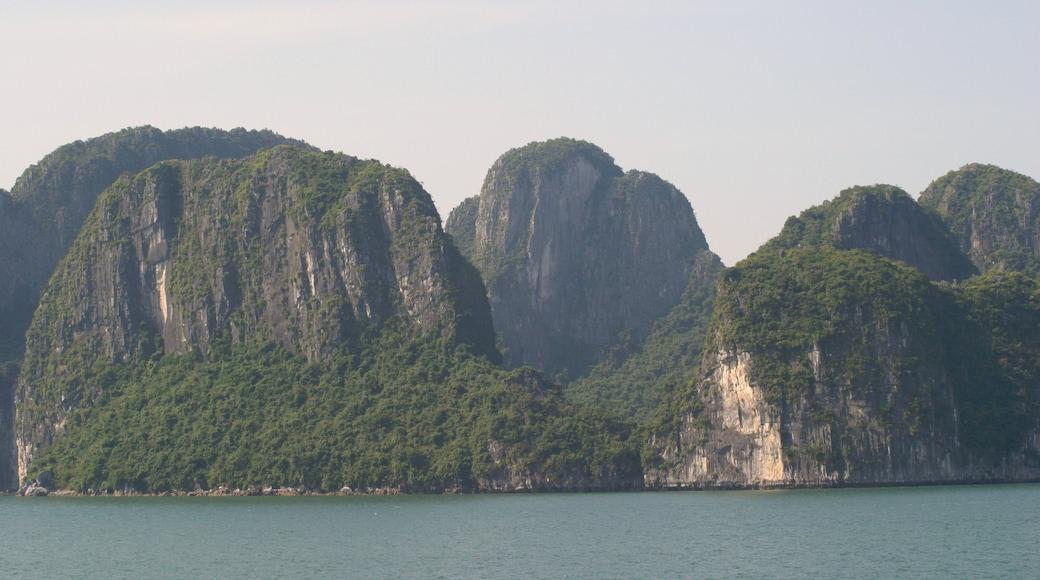 Baie d\'Halong mettant en vedette gorge ou canyon, panoramas et baie ou port