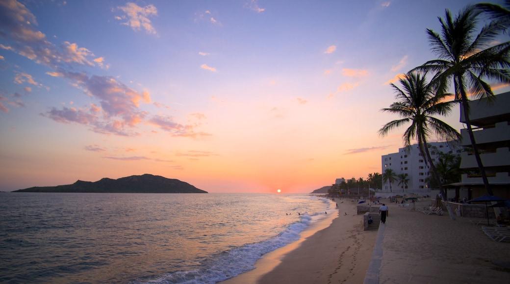 Mazatlán mostrando una ciudad costera, una playa de arena y una puesta de sol