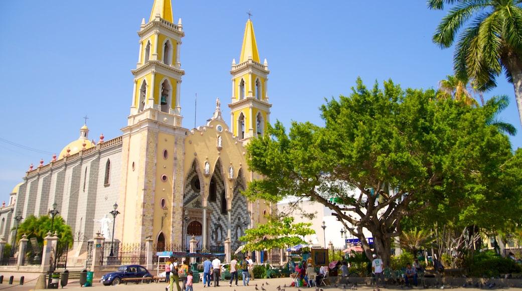 Mazatlán mostrando patrimonio de arquitectura, elementos religiosos y un parque o plaza