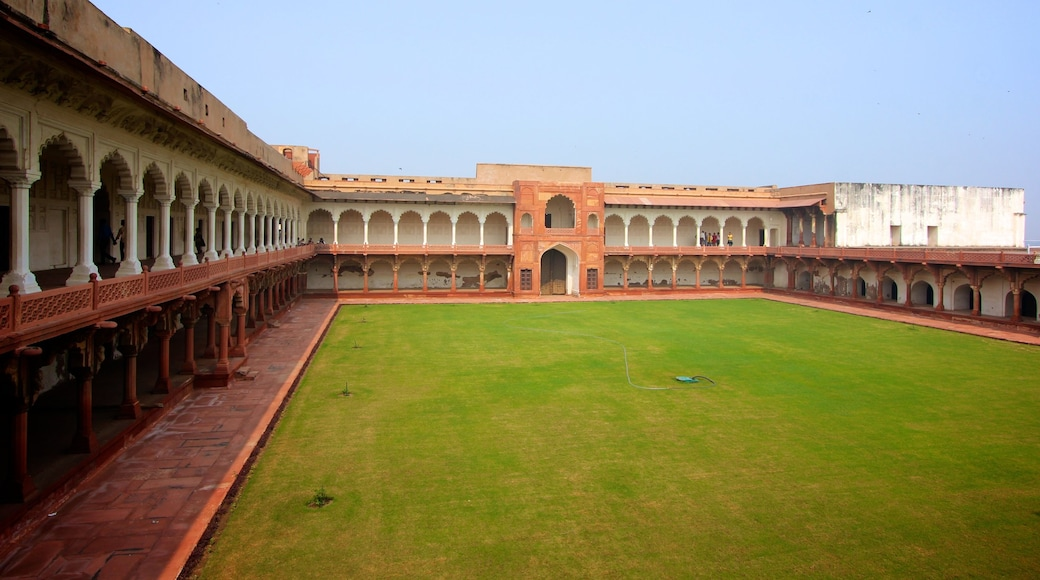 Agra Fort which includes heritage architecture, a garden and a square or plaza