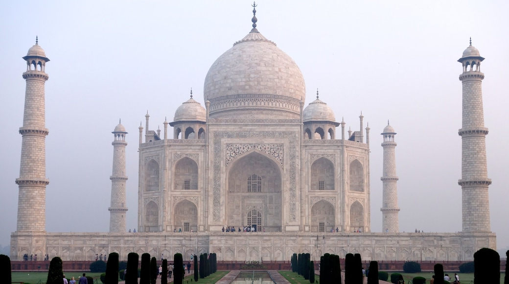 Taj Mahal featuring a monument and heritage architecture