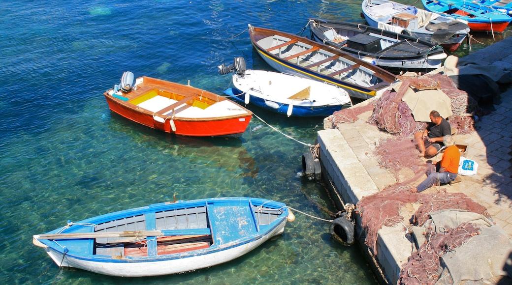 Lecce som inkluderer bukt eller havn og kyst