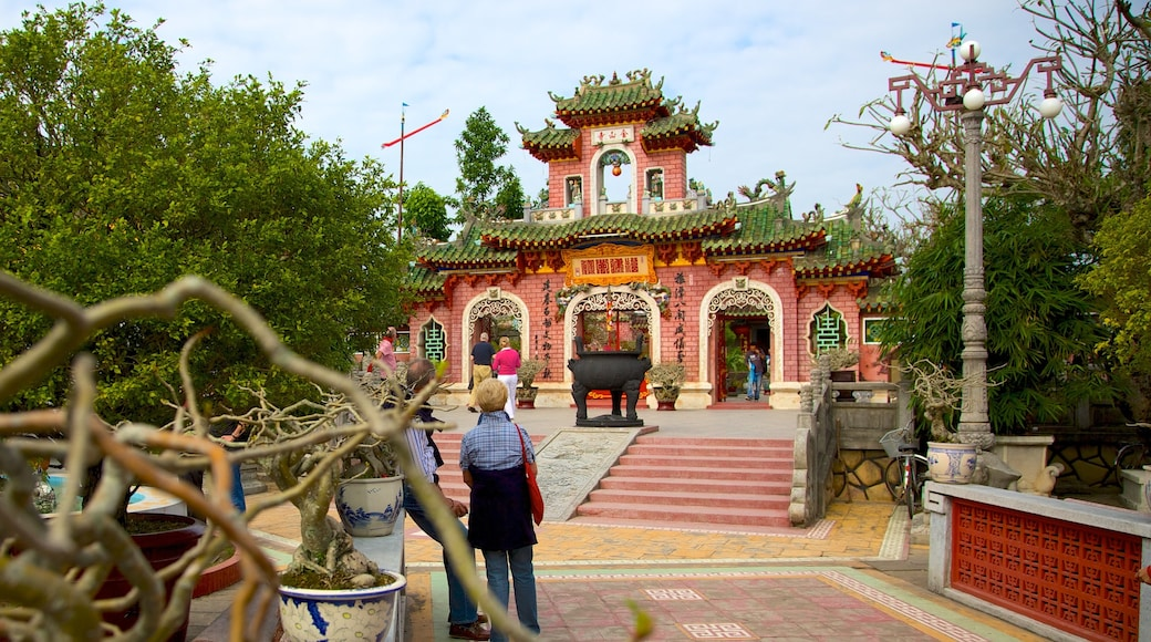 Quan Cong Temple featuring a temple or place of worship and religious elements