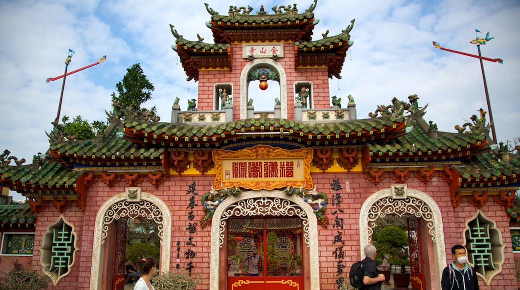 Quan Cong Temple which includes a temple or place of worship and religious elements