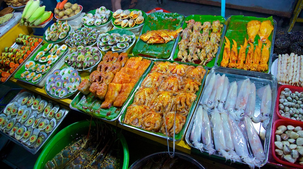 Dinh Cau showing markets and food