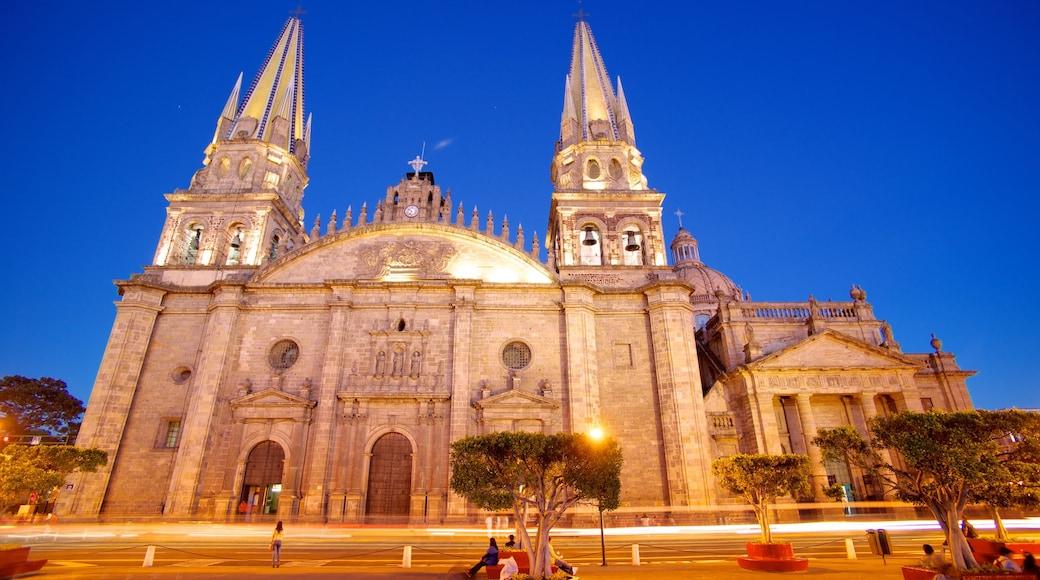 Catedral metropolitana que incluye escenas nocturnas, patrimonio de arquitectura y aspectos religiosos