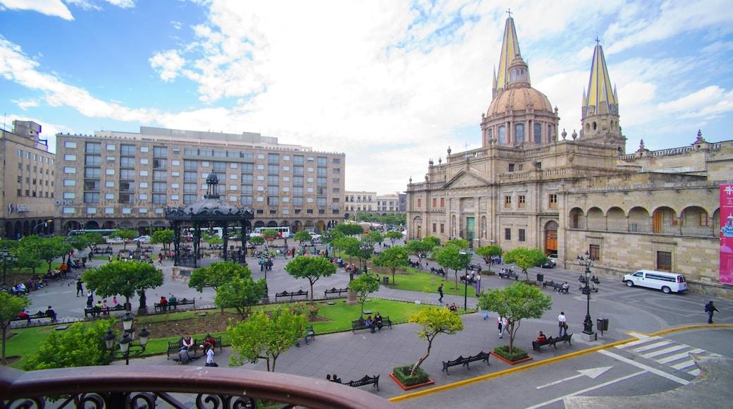 Palacio de Gobierno ofreciendo una ciudad, patrimonio de arquitectura y un parque o plaza