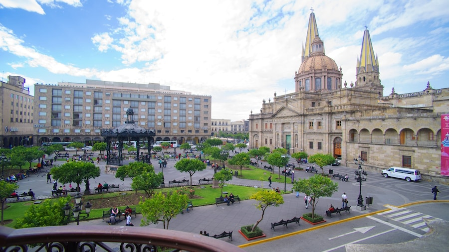 Palacio de Gobierno showing an administrative buidling, a square or plaza and a city