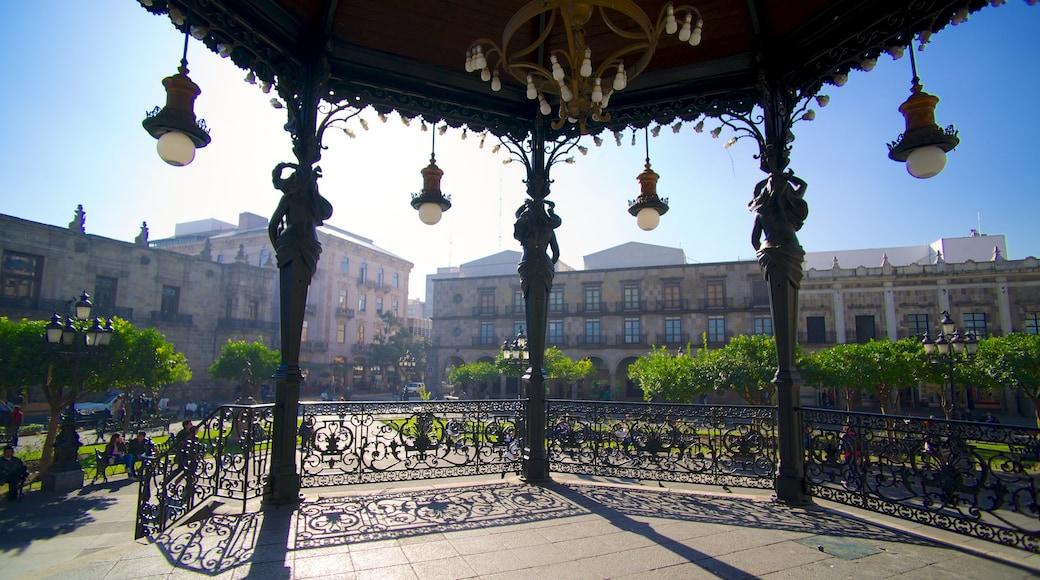 Plaza de Armas ofreciendo una ciudad y escenas urbanas