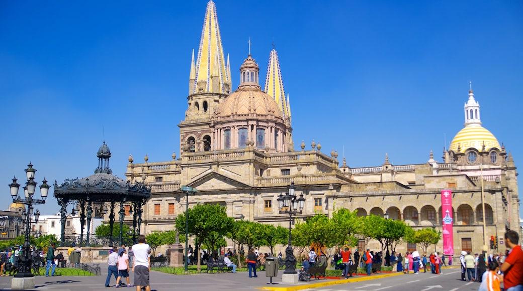 Plaza de Armas ofreciendo una ciudad, patrimonio de arquitectura y una iglesia o catedral