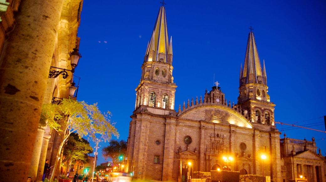 Catedral metropolitana que incluye escenas nocturnas, una iglesia o catedral y una ciudad