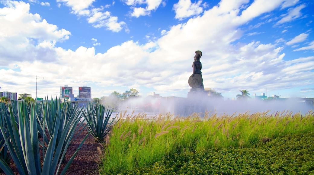 La Minerva mostrando una estatua o escultura y un parque