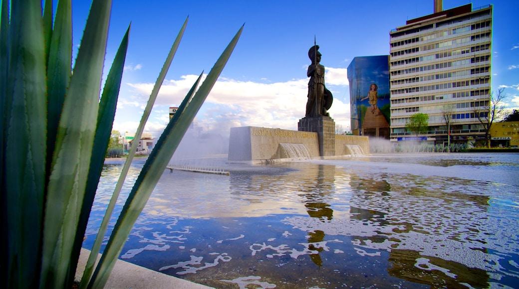 La Minerva mostrando una estatua o escultura, un estanque y un hotel