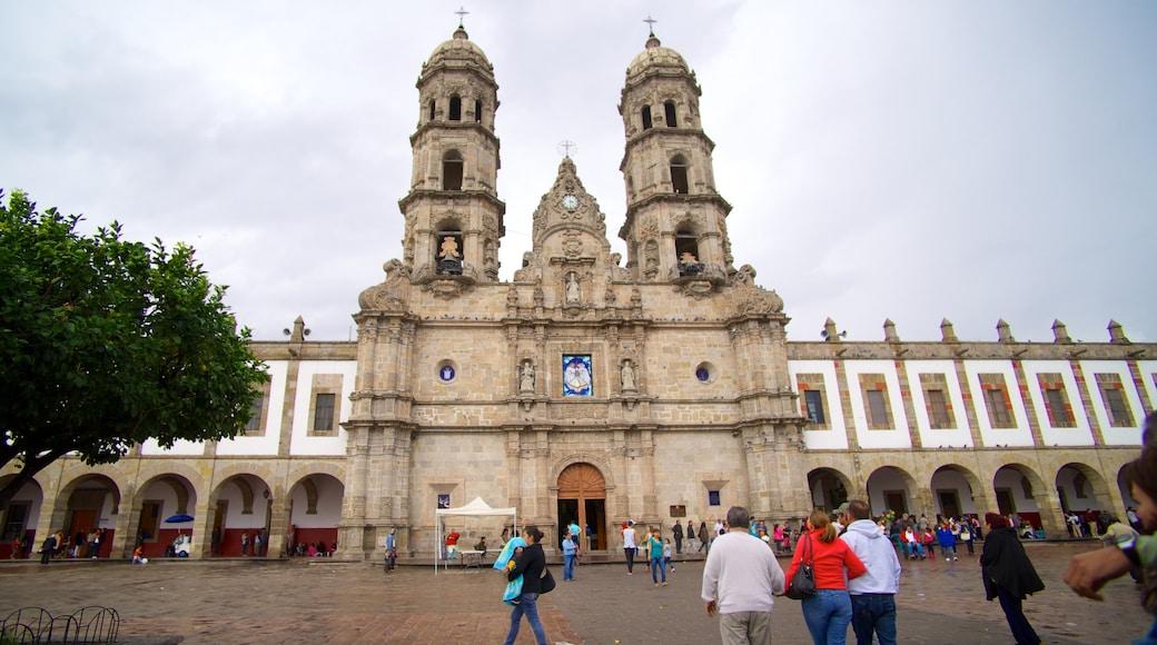 Basílica de Zapopan mostrando una iglesia o catedral, un parque o plaza y patrimonio de arquitectura