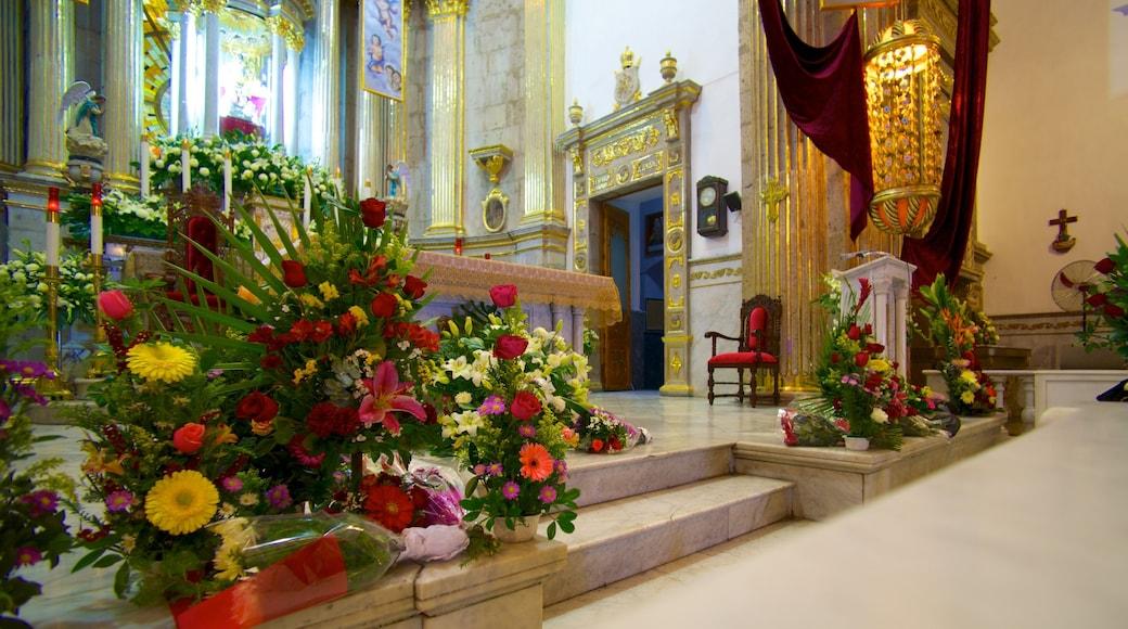Basílica de Zapopan ofreciendo elementos religiosos, vistas interiores y una iglesia o catedral