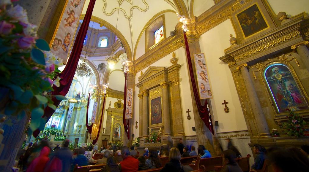 Basílica de Zapopan mostrando una iglesia o catedral, elementos religiosos y vistas interiores