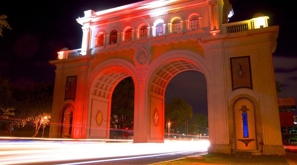 Los Arcos de Guadalajara mostrando escenas nocturnas, un monumento y patrimonio de arquitectura
