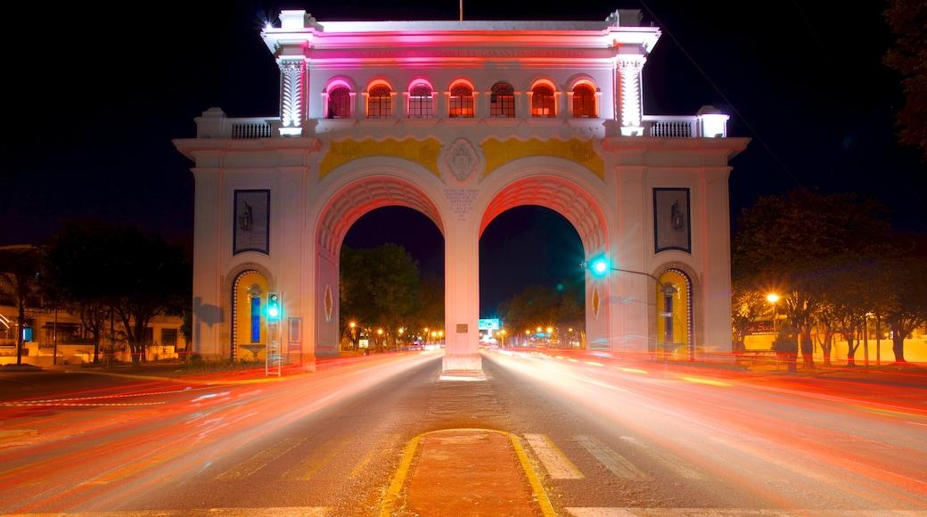 Los Arcos de Guadalajara que incluye escenas nocturnas, escenas urbanas y una ciudad