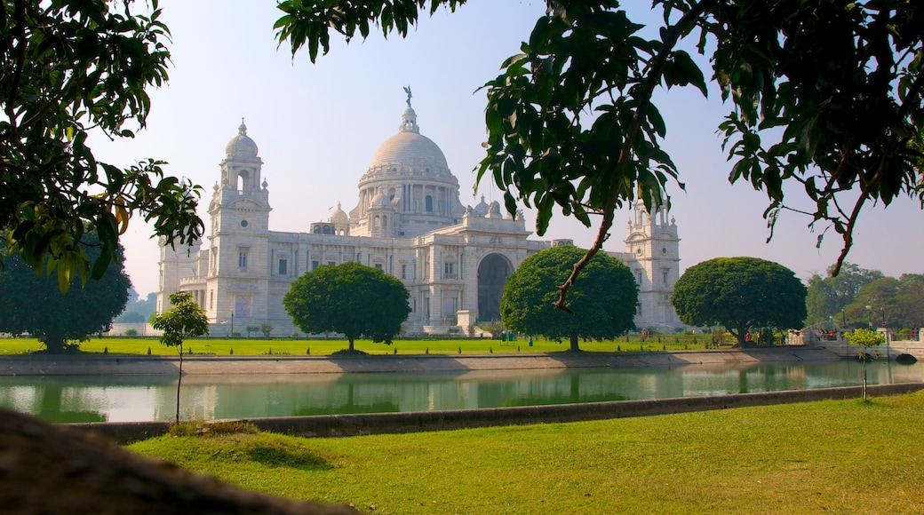 Victoria Memorial which includes heritage architecture, a pond and a memorial