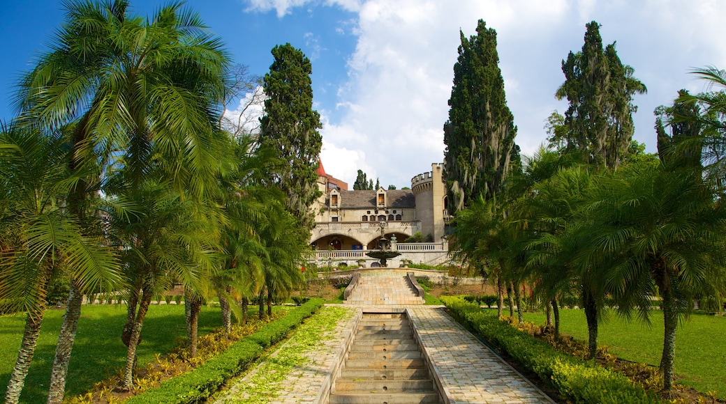 El Castillo Museum featuring a park and château or palace