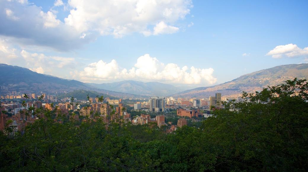 Pueblito Paisa som inkluderer landskap, by og fjell