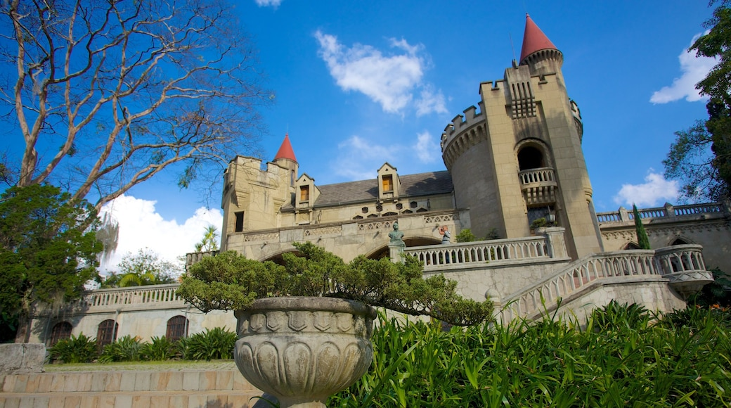 El Castillo Museum which includes a castle and heritage architecture