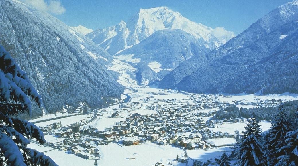 Mayrhofen das einen Kleinstadt oder Dorf, Schnee und Berge