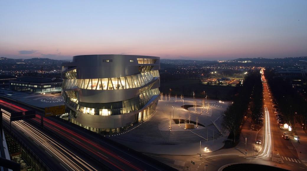 메스세데스 벤츠 박물관 을 보여주는 야경, 거리 풍경 과 도시