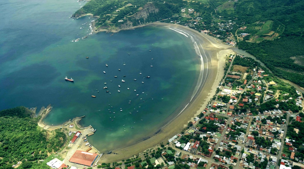 San Juan del Sur showing a sandy beach, a bay or harbor and a coastal town