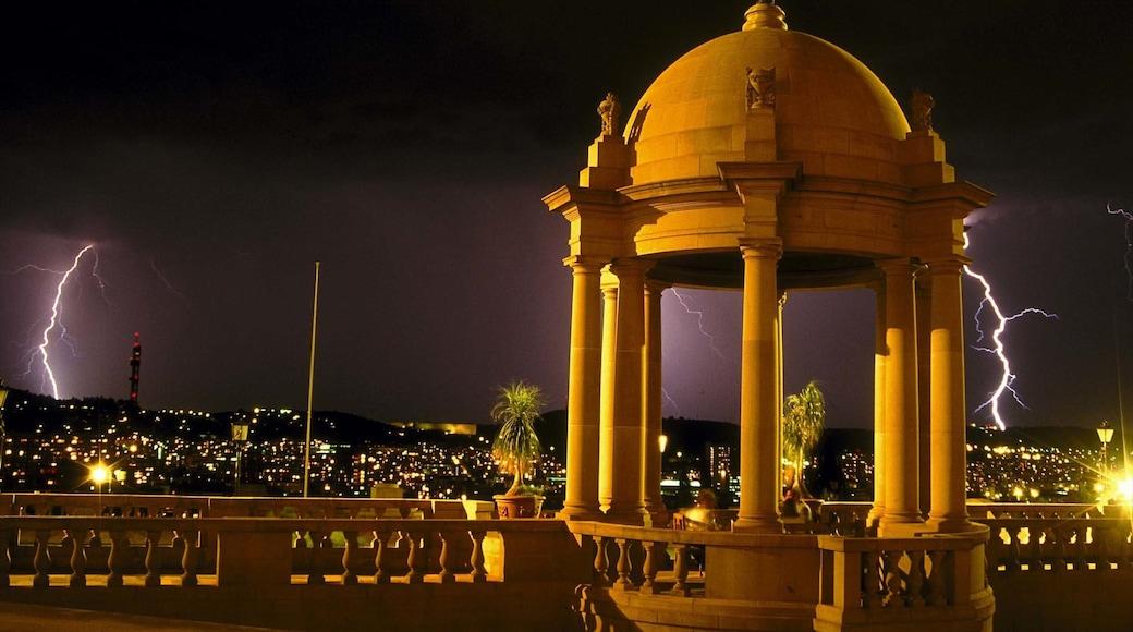Pretoria montrant scènes de nuit, patrimoine architectural et ville