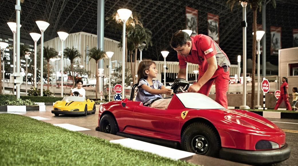 Ferrari World toont attracties en interieur en ook kinderen