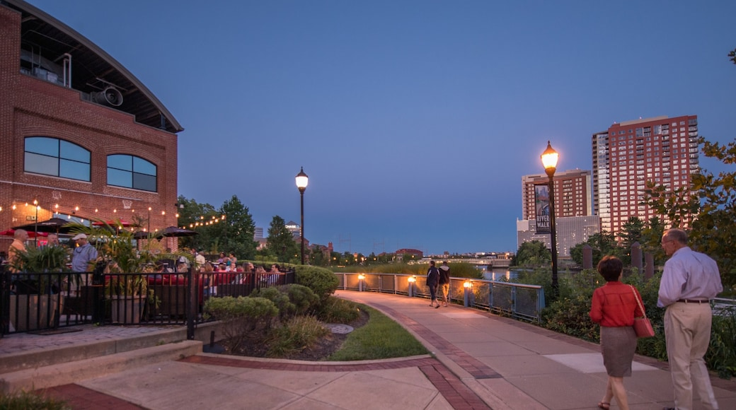 Wilmington which includes a city, dining out and night scenes