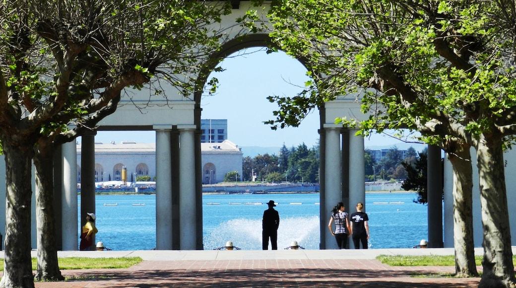 Oakland ofreciendo un lago o abrevadero y un parque