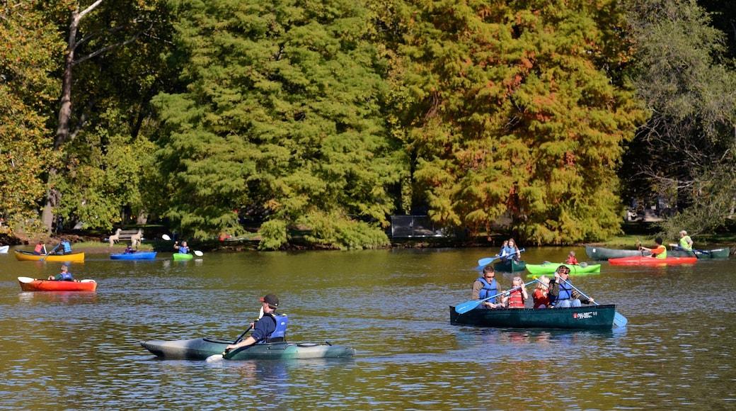 Dayton bevat een meer of poel en kajakken of kanoën en ook een klein groepje mensen