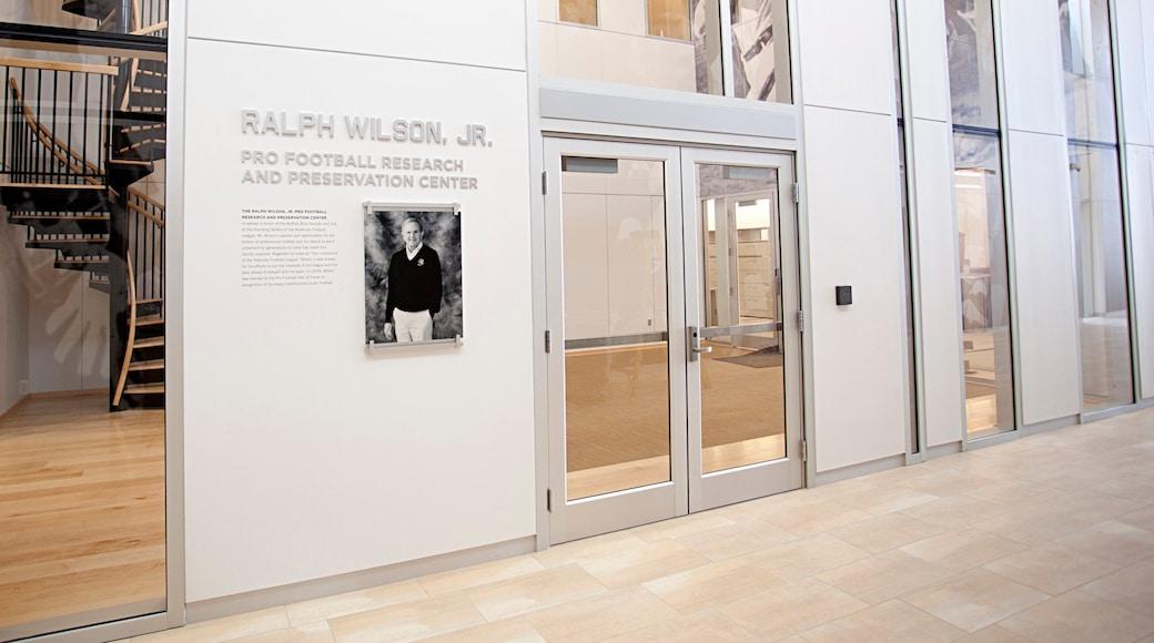 Pro Football Hall of Fame mostrando señalización y vistas interiores