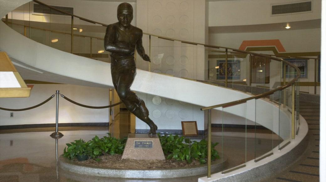 Pro Football Hall of Fame que incluye vistas interiores y una estatua o escultura