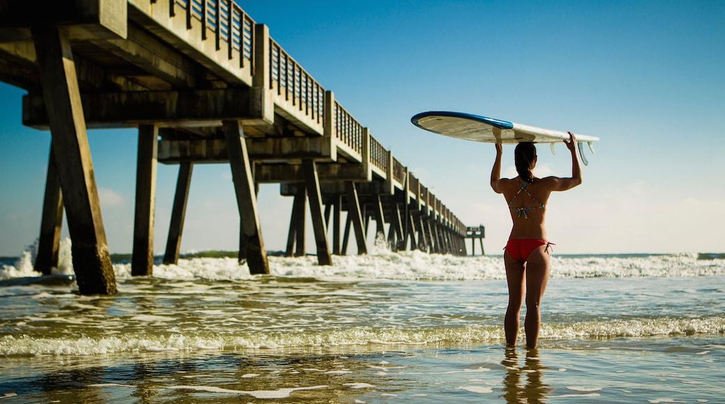 Muelle de Jacksonville Beach ofreciendo vistas generales de la costa y también una mujer