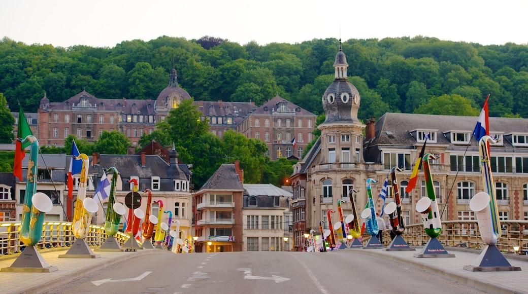 Dinant bevat straten, een klein stadje of dorpje en historische architectuur