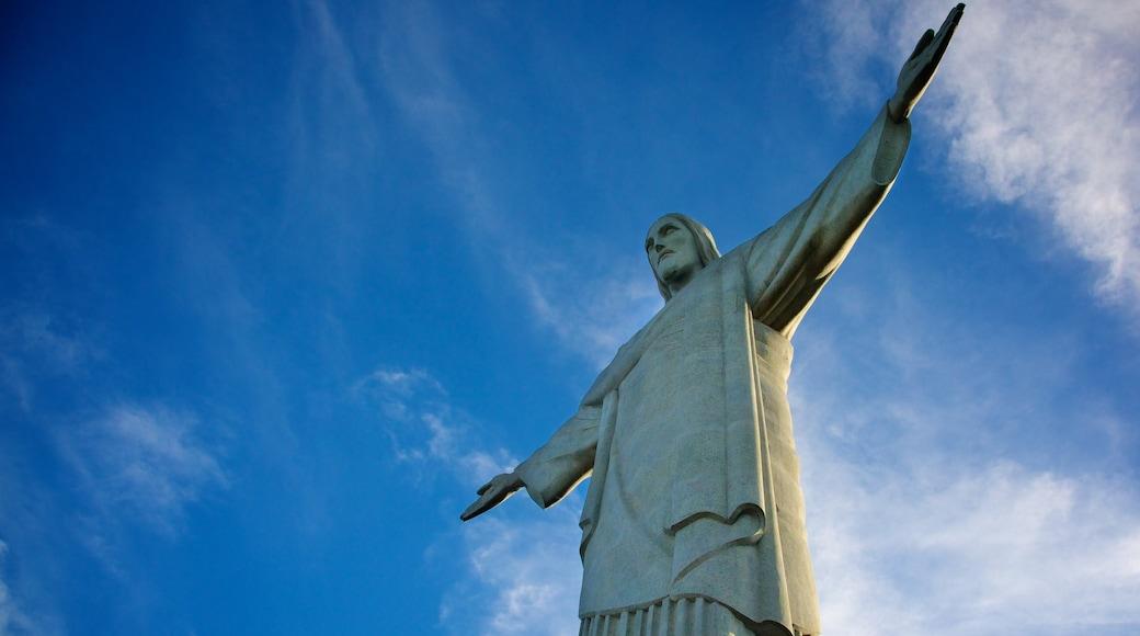 Río de Janeiro que incluye un monumento y una estatua o escultura