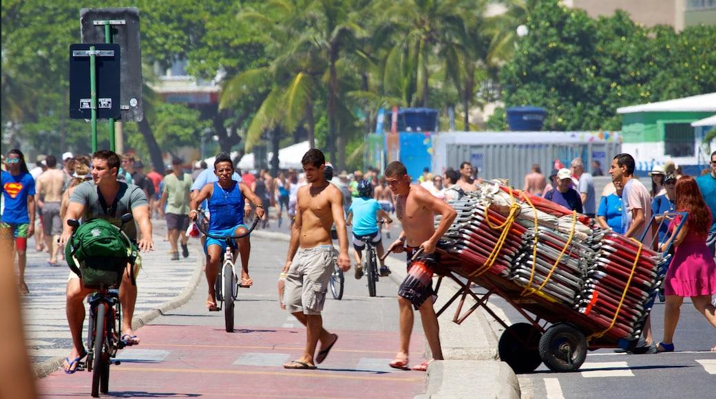 Copacabana mit einem Straßenszenen sowie große Menschengruppe