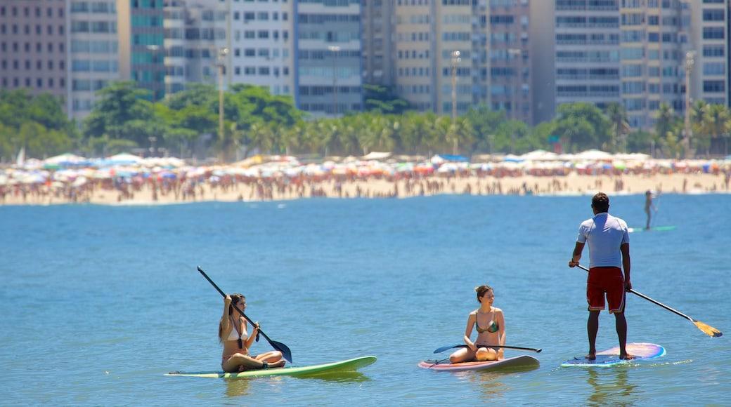 Copacabana mit einem Wassersport sowie kleine Menschengruppe