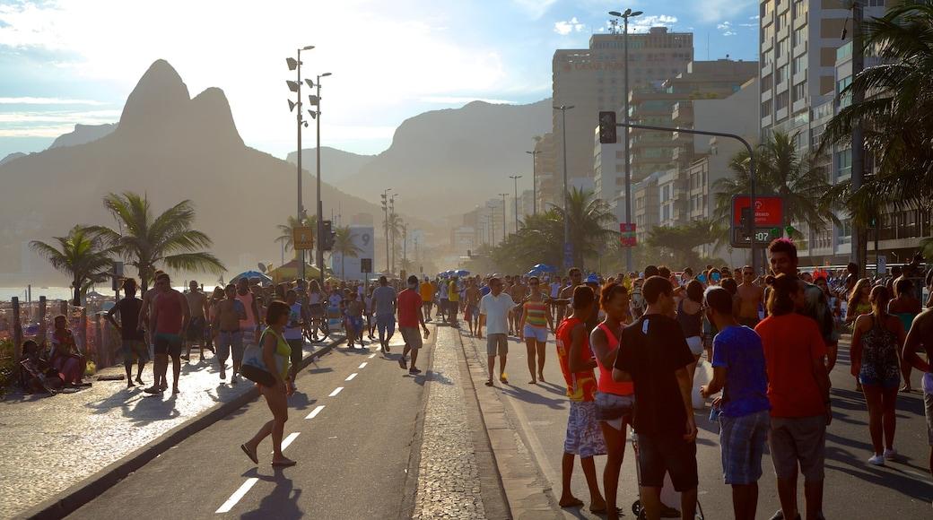 Strand von Ipanema das einen Straßenszenen sowie große Menschengruppe