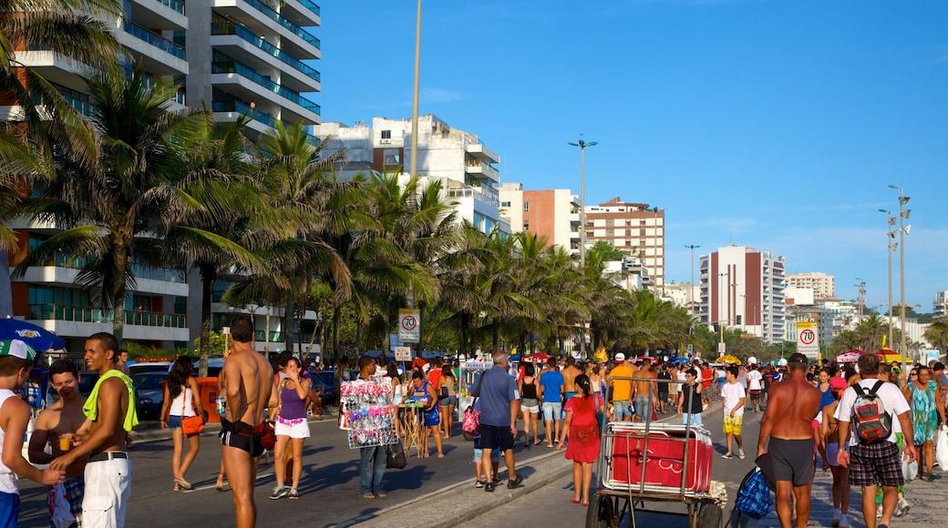 Strand von Ipanema welches beinhaltet Straßenszenen sowie große Menschengruppe