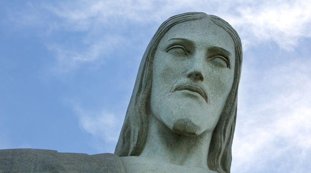 Cristo de Corcovado mostrando una estatua o escultura