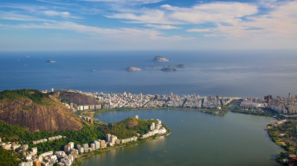 Cristo de Corcovado ofreciendo una ciudad costera