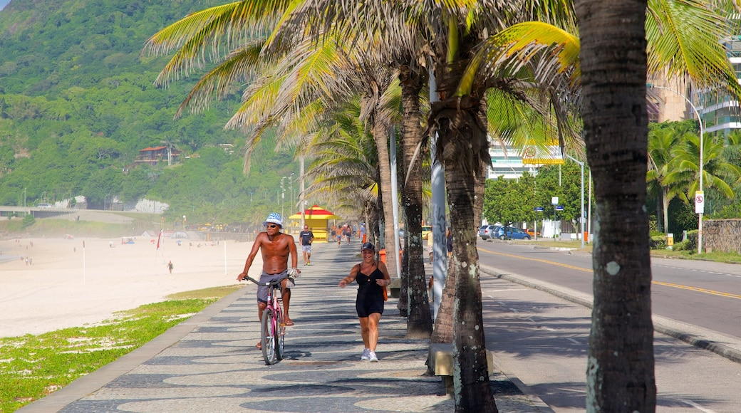 Sao Conrado Beach featuring cycling and street scenes