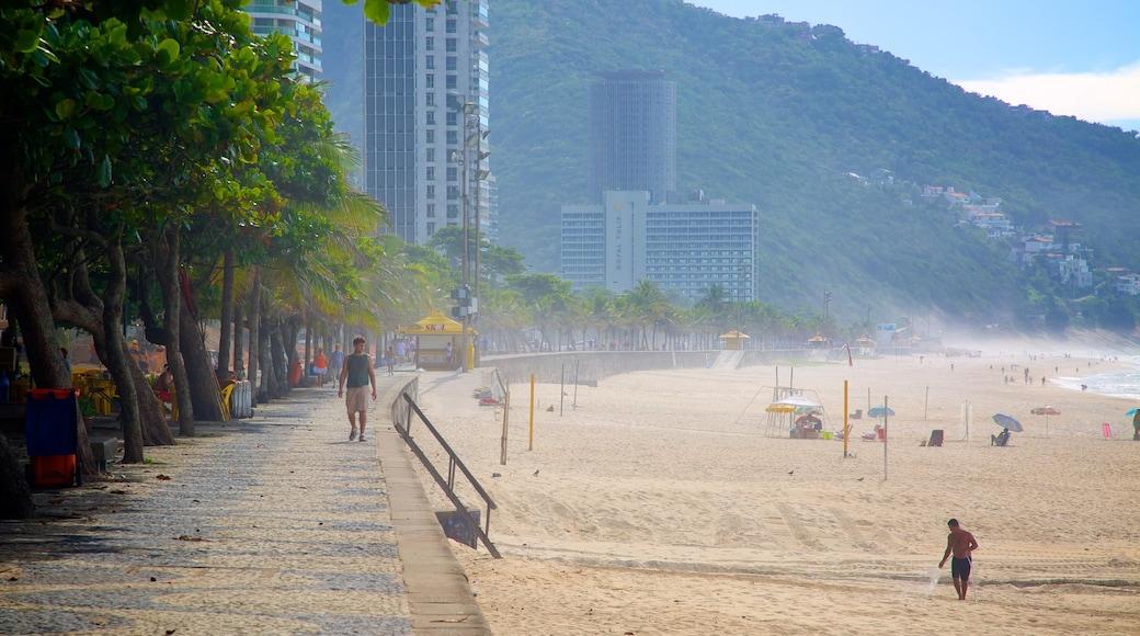 Playa de São Conrado ofreciendo una playa