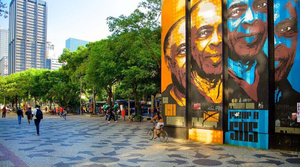 Cinelândia mostrando señalización, un parque o plaza y ciclismo