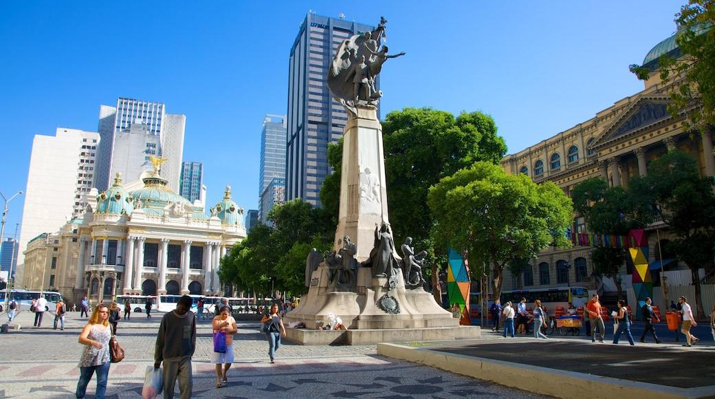 Cinelândia que incluye un parque o plaza, una ciudad y una estatua o escultura
